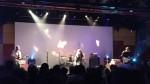 Pin Ups no palco: Alê (baixo e vocais), Flávio (bateria) e Zé Antônio (guitarra) + inúmeros convidados, nesta foto, Adriano Cintra (CSS e Butchers Orchestra)